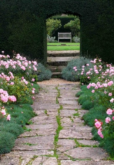 Vialetto pedonale in giardino